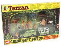 RARE   CORGI TOYS (GB) GS36 Coffret-cadeau 'TARZAN' A+.b   contient : LAND ROVER safari, remorque-transport d'animaux, canot pneumatique sur remorque, cabane, 2 TARZAN, JANE, KORAK, CHEETAH, un éléphant, un crocodile, un serpent, un lion, un chasseur,3 lianes, une corde & un diorama de la jungle - quelques petits accrocs sur la boîte Corgi Gifts, Corgi Toys, Serpent, Transport, Tarzan, Crocodile, Diorama, Safari, Dinghy