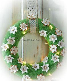 corona de navidad para colgar en la puerta tejida al crochet