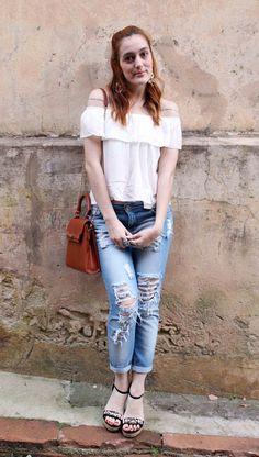street style - look do dia - ootd - fashion - blogger - ginger - blue destroyed jeans - high heels - white blouse - shoulder off - white shirt - brown bag - salto alto - salto anabela - calça jeans rasgada - blusa branca - ombros de fora - bolsa marrom - ruiva