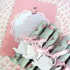 Teaparty Ένα ρομαντικό tea πάρτυ, αγαπημένο θέμα των κοριτσιών -μεγάλων και μικρών! Δώστε το κάλεσμαμε αυτές τις ρομαντικές φλοράλ προσκλήσεις. Θα ξετρελάνουν τους καλεσμένους σας!!  Είναι τυλιγμένες σε ρολά και δένονται με όμορφη γκρο ροζ κορδέλα και διαθέτουν καρτελάκι σε σχήμα τσαγερού, για να γράψετε τα ονόματα των μικρών καλεσμένων!