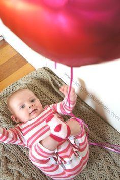 5 manualidades para bebés ¡juegos sensoriales! 5 manualidades para bebés. Manualidades sensoriales y motorias para bebés de menos de 1 año. Manualidades para bebés seguras.