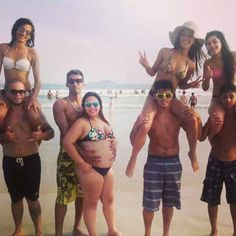 insolite couple epaule femme homme obese plage