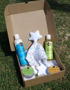 MODELO IMPERDIBLES Y HUELLAS -->Todo lo necesario para el cuidado del bebé del modo más natural.Productos de cosmética 100% naturales. --- Champú y gel de baño suave, aceite corporal, bálsamo de carita y labios, bálsamo protector y bálsamo reparador para el culito. Incluye un doudou (mantita de apego) de elaboración artesanal.