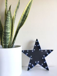 Haz esta estrella con luces en pocos pasos! Navidad nórdica/escandinava Scan N Cut, Planter Pots, Xmas, Diy Ideas, Bedroom, Nordic Christmas, Crafts, Decorating Rooms, Decoration Home