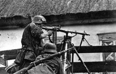 """Waffen-SS Gunners from SS-Panzer-Division """"Das Reich"""" in the East German Soldiers Ww2, German Army, Military Photos, Military History, Luftwaffe, Mg34, Germany Ww2, Ww2 Photos, Ww2 Pictures"""