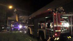 Noční požár na Vinicích, dva lidé skončili v nemocnici