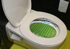 Toaleta zawiera boisko piłkarskie • Śmieszny kibel ze stadionem • Zdjęcie boiska piłkarskiego w muszli klozetowej • Wejdź i zobacz >> #football #soccer #sports #pilkanozna #funny