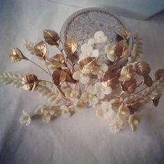 Tocado de flores de porcelana y hojas doradas