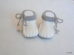 Entzückende gestrickte Babyschuhe in naturweiss mit hellbraunem Rand. Das sind … Adorable knitted baby shoes in natural white with light brown edge. They are very warm and very soft. Baby Booties Knitting Pattern, Knit Baby Shoes, Knitting Patterns Boys, Crochet Baby Boots, Knit Baby Booties, Knitted Baby Clothes, Baby Socks, Crochet Patterns, Crochet Baby Cocoon