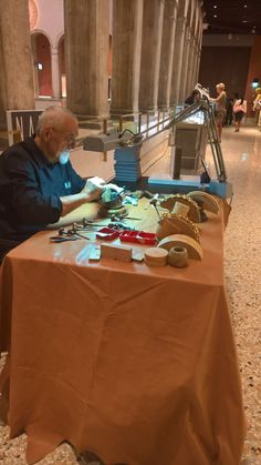 Hand engraving at T FONDACO Opening Day.  NANIS is available at T FONDACO by DFS Group. We seize this opportunity to fuse together with so much beauty, sharing with the Venice, with the tourists and with the classiness lovers who visit T FONDACO, the jewels that could better express the unreachable essence of this exceptional city and of this exclusive place…