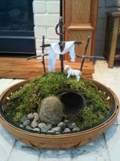 Stunning Easter centerpieces and table decorations . - Religion - Breathtaking Easter centerpieces and table decorations # stunning - Diy Osterschmuck, Easter Garden, Diy Garden, Easter Projects, Easter Ideas, Easter Cross, Diy Easter Decorations, Desk Decorations, Easter Activities