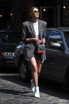 New York Fashion Week Street Style Spring 2018 StyleCaster New Street Style, New York Fashion Week Street Style, Street Style Trends, Cool Street Fashion, Casual Street Style, Men's Casual Fashion Tips, Trendy Fashion, Fashion Outfits, Fashion Clothes