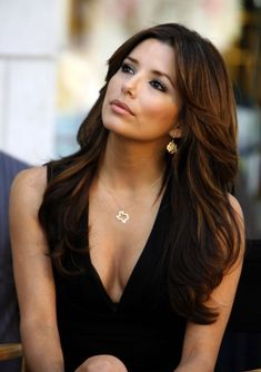 If you are looking for a lovely celebrity hairstyles, you may check out Eva Longoria Hairstyles cause her styling technique is very much unique and adorable. We have got 15 Trendy Eva Longoria Hairstyles only For You. Eva Longoria Hair, Eva Longoria Style, Celebrity Hairstyles, Easy Hairstyles, Hairdos, Wavy Haircuts, Grunge Hair, Most Beautiful Women, Beautiful Celebrities