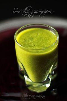 Smoothie z jarmużu to bomba witaminowa. A na dodatek PYSZNA (ku zdziwieniu wszystkich próbujących). Składniki użyte do koktajlu, to samo zdrowie! Świeżo wyciśnięty sok z pomarańczy, banany, imbir, miód, sok z cytryny i oczywiście król – JARMUŻ. Jarmuż – to zdrowe warzywo, które bardzo rzadko gości w naszej kuchni. Mało osób o nim słyszało, mało osób używa w kuchni. A szkoda. Jarmuż to jedna z najstarszych znanych odmian dzikiej kapusty. Jest bogatym źródłem beta-karotenu, witaminy K, C…