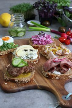 Delicious open faced sandwiches from Denmark - perfect as a snack or for a light dinner. Danish Cuisine, Danish Food, Hugge Danish, Sandwiches, Nordic Recipe, Tapas, Homemade Ham, Open Faced Sandwich, Brunch