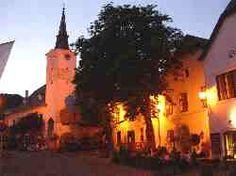 Die Kirchengasse führt vom Rathaus zur Pfarrkirche St. Michael und stellt gemeinsam mit den angrenzenden Renaissance-Höfen das Schmuckstück Gumpoldskirchens dar. Schlendert man hier entlang, so bekommt man das Gefühl, als wäre die Zeit stehen geblieben. Die vorwiegend im 16. und 17. Jahrhundert errichteten Renaissance-Häuser befinden sich heute im Privatbesitz. Die Restaurant- und Heurigenbetriebe laden zum Verweilen und zum Genießen der weltbekannten Gumpoldskirchner Weine ein.