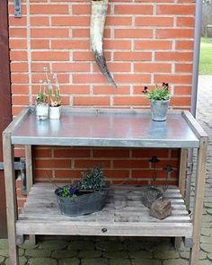Plantebord Vores trallemøbler er af nyt træ, der er behandlet så det får et rustik/gammel udseende. Plantebordet er med trallehylde og har en bordplade med galvaniseret stålplade. Tralle møblerne fremstilles efter bestilling. Du har også mulighed for at bestille efter specifikke ønsker og mål. Ønsker du at bestille kan du kontakte os via info@stesimadesign.dk / Mobil 30227152 #tralle#plantebord#garden#haven#blomster#handmade#denmark#madebyme#interiordesign#sale#instaflower#homeinterior Furniture, Home Decor, Patio, Decoration Home, Room Decor, Home Furnishings, Home Interior Design, Home Decoration, Interior Design