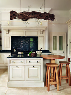 Combining country charm with a luxury finish, classicallyinspired Smallbone cabinets are a sleek and timeless choice in a home with heritage