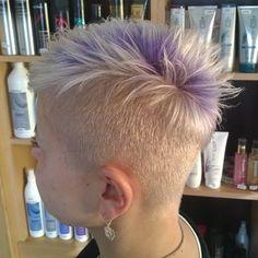 Platinum-Blonde Undercut Frisur für Frau