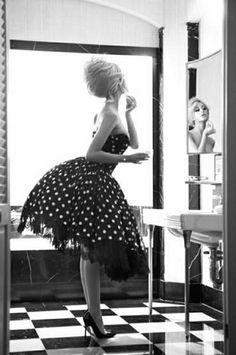 Frau mit Polka-Dot Kleid