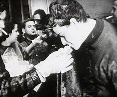 Giovani volontari provenienti da tutto il mondo vennero nel novembre del 1966 a salvare i libri e le opere artistiche nella Firenze alluvionata. Le acque