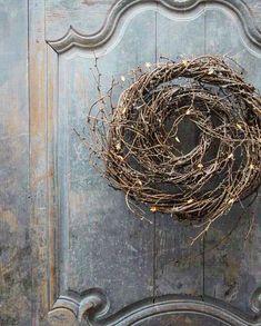 DIY Spring Wreath Idea Using Embroidery Hoop hauseingang Christmas Holidays, Christmas Wreaths, Christmas Crafts, Christmas Decorations, Advent Wreaths, Christmas Lights, Door Wreaths, Grapevine Wreath, Wreath Burlap