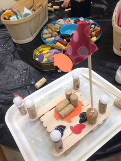Making boats with things that float - via Reggio Children Inspired Para los Leones en su Fiesta del Agua Kindergarten Inquiry, Kindergarten Projects, Preschool Curriculum, Pirate Activities, Summer Activities, Stem Projects, School Projects, Transport Topics, Make A Paper Boat