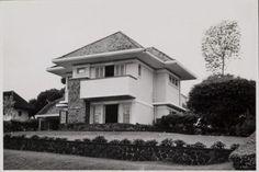 Vakantiehuis 'Dar asalam' voor het stafpersoneel van Jacobson Van den Berg & Co. in Tjioemboeleuit te Bandoeng. Ca 1955