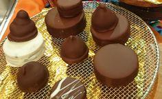Alfajorcitos y conitos marplatenses:  Ingredientes Masa:  Manteca 200 grs - Azúcar 150 grs - Huevo 2 - Ralladura de mandarina 1 cdta -  Harina 0000 400 grs - Almidón de maíz 100 grs - Cacao amargo 10 grs - Bicarbonato de sodio 1 cdta - Polvo para hornear 1 cda - Relleno:  Dulce de leche repostero - Cobertura:  Chocolate semiamargo 200 grs  - Manteca 200 grs