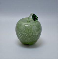 Michael Hunter for Twists Glass merletto hollow blown apple http://www.scarabantiques.com/michael-hunter-for-twists-glass-merletto-hollow-blown-apple/1005