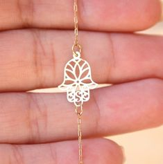 Hamsa with a daisy inside - Would make a gorgeous tattoo