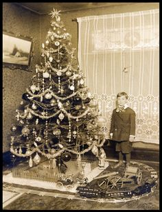Love the vignette at the base - is that tree real??    West Native: A Verry Vintage Christmas...