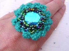 Ausgefallener Textilschmuck nach eigenem Entwurf im Großformat:   Ein wunderschöner, sehr auffälliger gehäkelter Blüten Ring mit einem großen Stein in