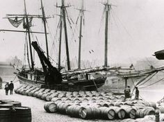 Unloading port wine from Oporto at London Docks. (Royal Museaums Greenwich)
