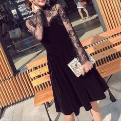 異素材ミックスの長袖ミディアム丈ドレスワンピース。デコルテからアームにかけて繊細な黒レースの透け感がミステリアスな雰囲気を演出。ベロアの艶っぽさが特別感を盛り上げます。ライダースを羽織って大人可愛くカジュアルダウンするのもステキ。パーティーからデイリーまで賢く着まわせる魅惑のアイテムです。