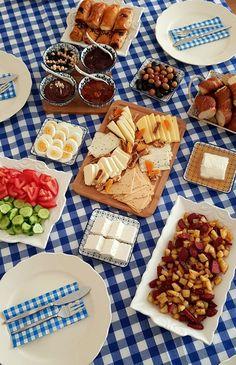 Kahvaltı & Çay Sofraları Breakfast Presentation, Food Presentation, Picnic Date Food, Comida Picnic, Breakfast Picnic, Chocolate Cake From Scratch, Turkish Breakfast, Food Snapchat, Food Displays