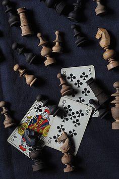 Do play チェス、、、チェックメイト-wood chess set 盤上のみならず、ガラス瓶の中に無造作に積み上げたり、或いは高さを変えて一つずつ飾ってみるのも良し、全て揃っていないかも、なチェスセット。次の一手を探る指先含めた計算と思惑の世界観、ゲームにまつわる、、と視野を狭めないで知のアイコンと捉えて。