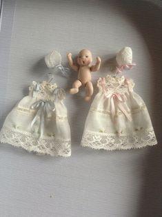 Pilar Calle Dollhouses Miniaturas: Vestidos bebe, Baby dressers