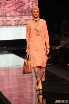 Koleksi busana muslim Ida Royani, Jakarta Fashion Week 2011/2012, Jakarta (14/11).