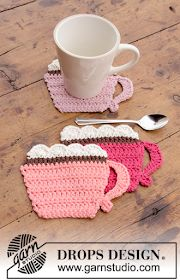 Breakfast Cupcakes / DROPS Extra - Crocheted coasters with cup and cupcake. Piece is crocheted in DROPS Paris 0 1384 a breakfast cupcakes cup pattern by drops design Crochet Coaster Pattern, Crochet Motif, Crochet Doilies, Crochet Flowers, Knit Crochet, Crochet Patterns, Knitting Patterns, Scarf Patterns, Knit Cowl