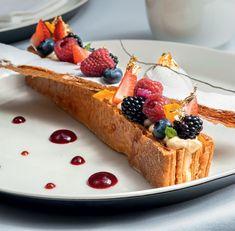 У популярного в России торта есть близкий родственник во Франции — пирожное мильфей. Это родство признают и французские кондитеры, но шутя называют российский наполеон тухлым мильфеем — свежий должен хрустеть