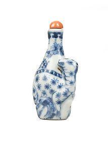 Blue and white porcelain snuff bottle deer under a pine