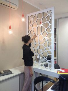Vous recherchez un claustra personnalisé pour votre intérieur ? Nous vous proposons des claustras en bois réalisés sur mesure en fonction de vos besoins.