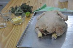 Lavar el pollo y retirar todos los interiores.