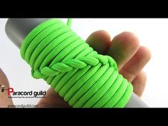 Spiral hitching aka French hitching - to wrap around hula hoop Paracord Tutorial, Macrame Tutorial, Bracelet Tutorial, Paracord Wrap Handle, Paracord Knife, Braid Half Up Half Down, Braided Half Up, Paracord Projects, Paracord Ideas