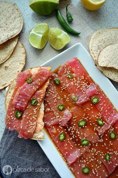 Aprende a preparar un delicioso sashimi de atún con una salsa de soya y cítricos. Listo en minutos y es perfecto para los días que no quieres cocinar o quieres algo rápido.