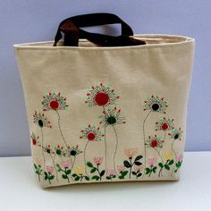 Oversized canvas tote bag hand embroidered with spring Hand Embroidery Patterns Flowers, Hand Embroidery Videos, Embroidery Bags, Floral Patterns, Filet Crochet, Summer Tote Bags, Tote Bags Handmade, Denim Crafts, Hand Applique