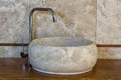 Lavabo da appoggio Wheel in Travertino Classico #pietredirapolano #travertino #lavabi #lavandini #pietranaturale