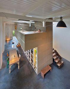 Cocheira vira uma casa moderna e versátil na Holanda