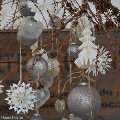 Weihnachtskugeln kombiniert mit Papierschmuck als Weihnachtsdeko.